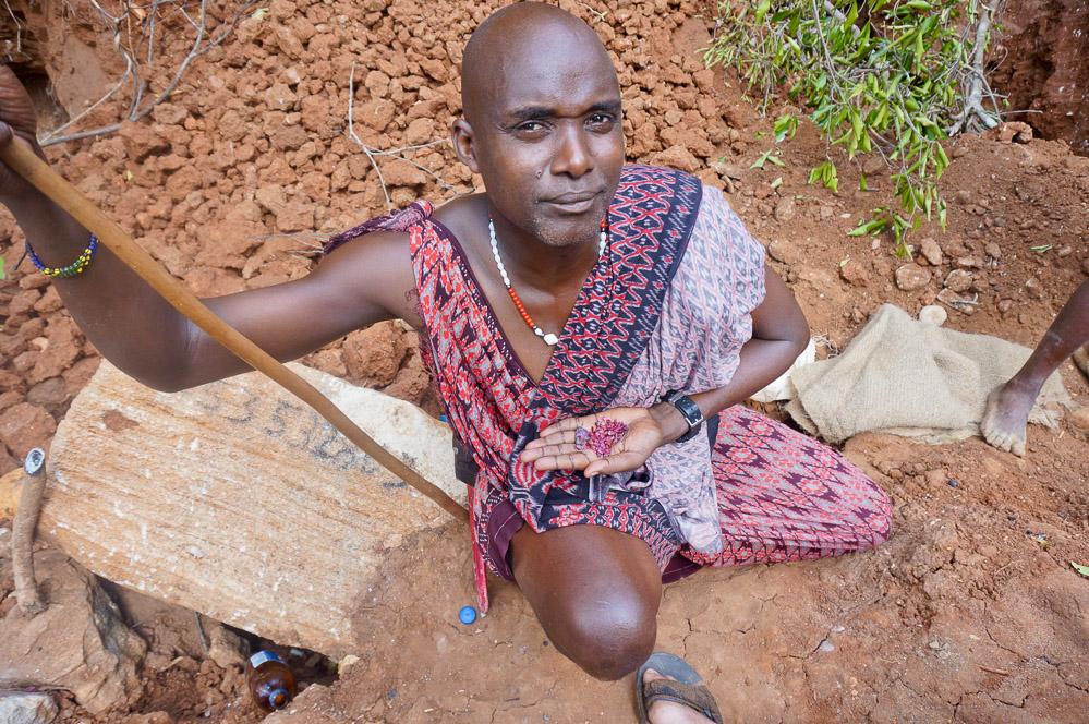 """Masaai høvdingen Oryahe passer på en del af dagens """"høst"""" af rubiner."""