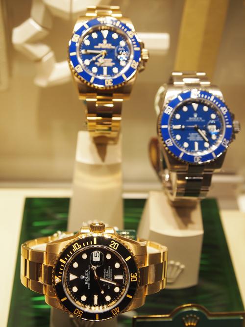 Tre gange Rolex Submariner i guld - til højre er det hvidguldsfrækkerten med blå skive...