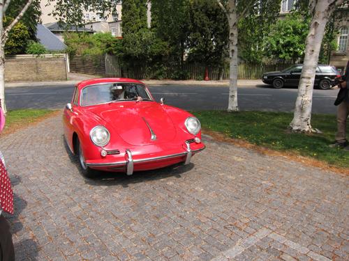 Vi sendte brudeparret afsted fra kirken i familiens anden Porsche - en 356'er.