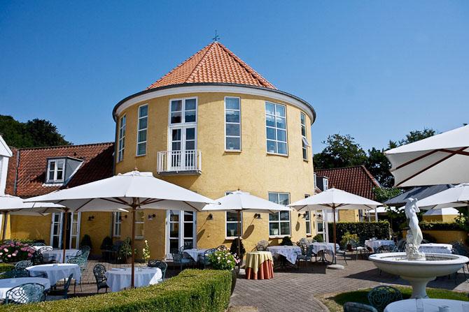 Værelserne har naturligvis balkon med udsigt til en af Danmarks smukkeste kyststrækninger