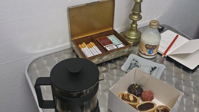 Et møde, som det nemt kunne se ud i gamle dage - røgvarer, portvin i baggrunden og kaffe på kanden. Endda med lidt sødt ved siden af.