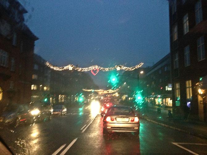 Der var lys i gaden.