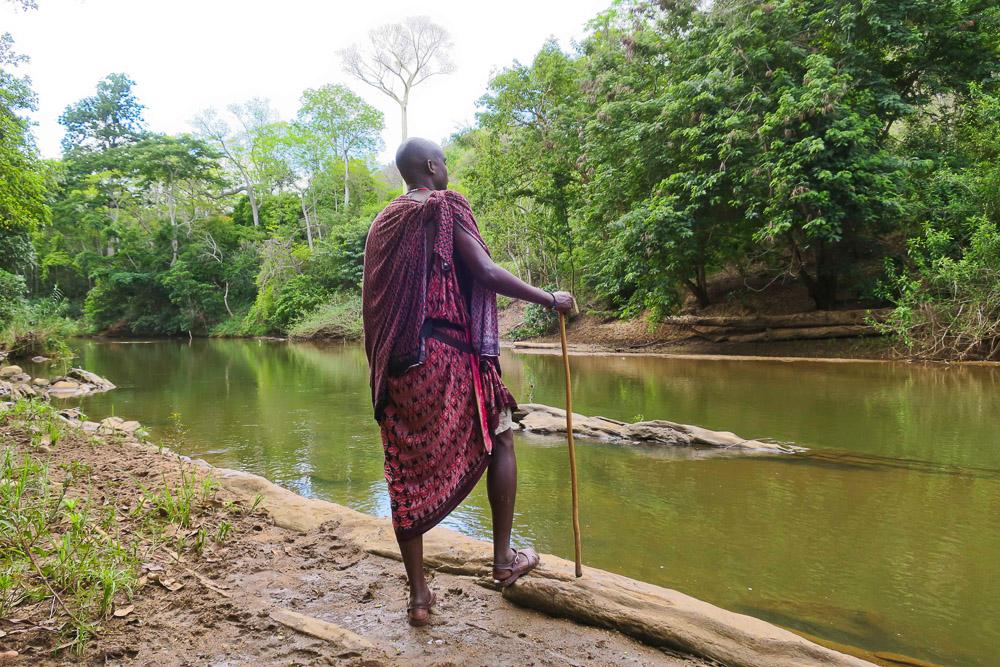 Oryahe tjekker om floden er sikker at tage et tiltrængt bad i, men vi vælger nogle vandhuller frem for at tage chancen med krokodillerne