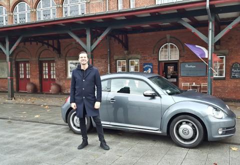 Mand, bil og det sted, der tippes til - i et og samme foto endda!