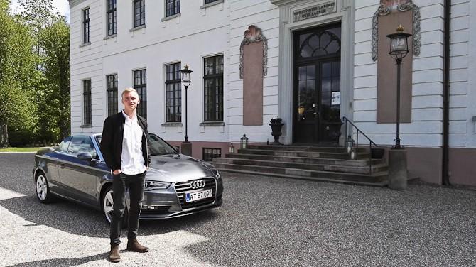 Alexander og en Audi A3 Cabriolet. I baggrunden Bernstorff Slot, som stod færdigt i 1765.