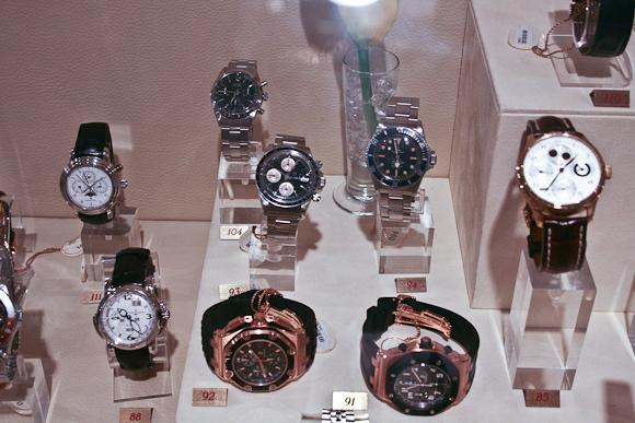 Når en auktion er under opsejling kan urene besigtiges - blandt andet i New York.