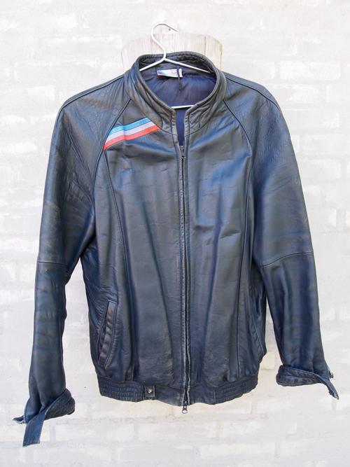 M-striber, rund hals og lidt at give af i livet. BMW jakken holder - særligt med patina.