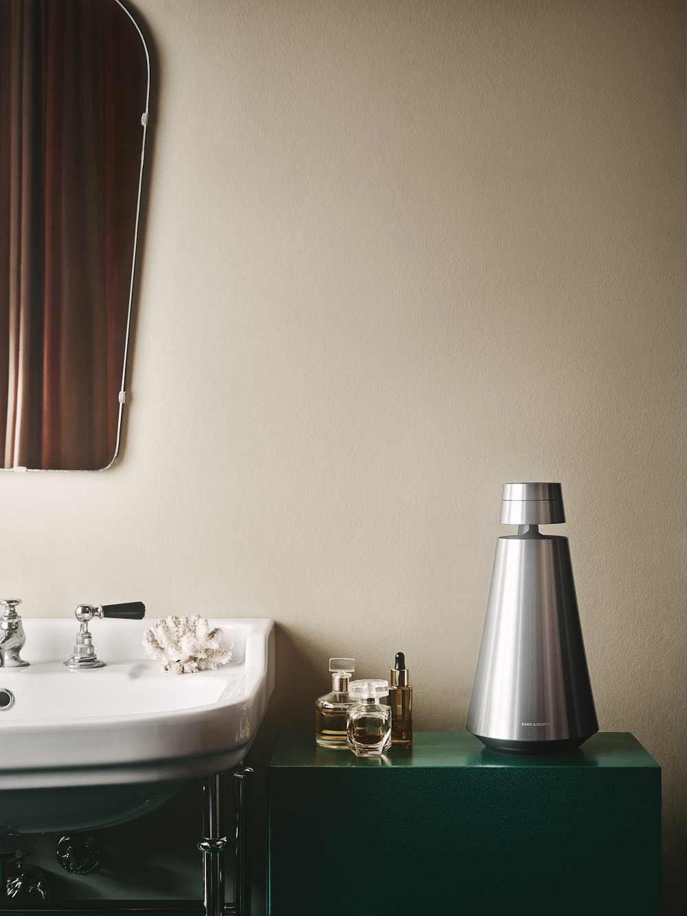 En højtaler er her bragt til baderummet