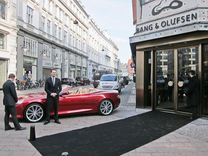 Jeg tog den røde til lanceringen. Eller. Nå - B&O leverer også lyd til Aston Martin; deraf fremmødet.