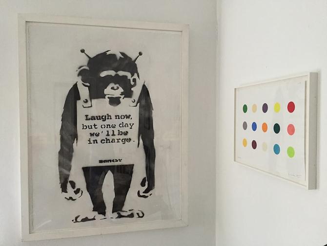 """""""Laugh Now"""" unika værk""""¦fra Peter Hvidbergs samling. Hirst spot tegning til højre."""
