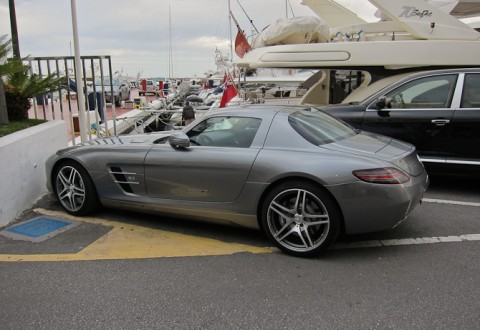 De er nu godt godt krende i Puerto Banus - her en Mercedes SLS