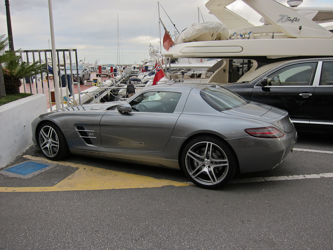 De er nu godt godt kørende i Puerto Banus - her en Mercedes SLS