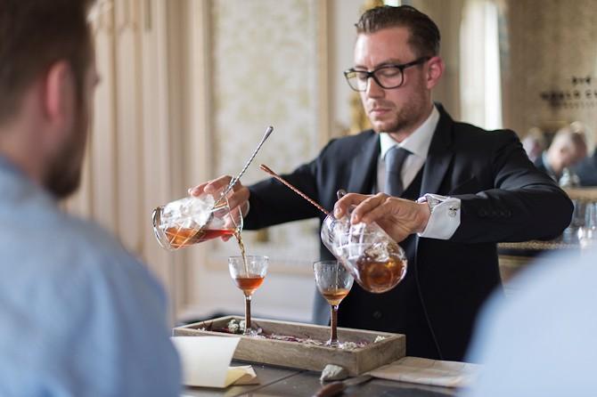 Sveriges bedste bartender, Johan Peter Evers, multitasker.