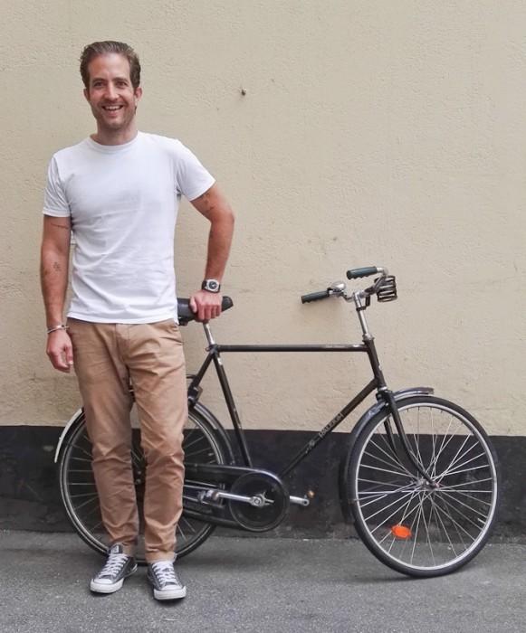 En glad mand og en gammel cykel