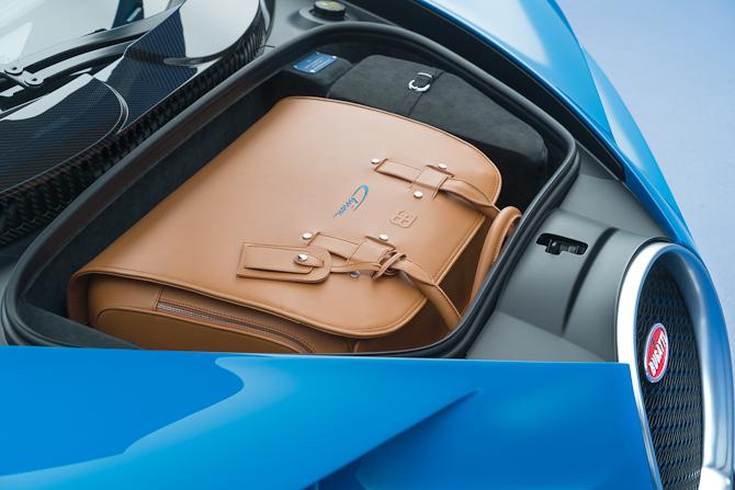 Er det ægte læder....? Det er jeg ret overbevist om det er. Og så er kuffertsættet selvsagt tilpasset helt og aldeles til bagagerummet...