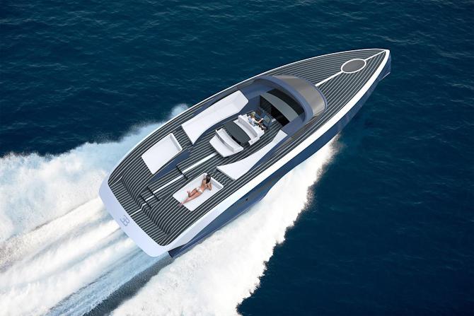 Der kan vælges ædle træsorter som en fin kontrast til titanium og kulfiber, som båden er bygget af
