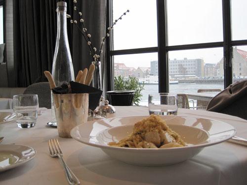 Et stille øjeblik med kig til vandet - og til tallerken med lækkerier fra selv samme element.