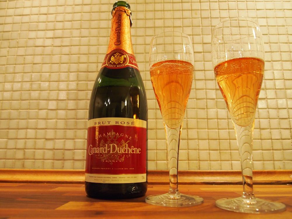 To glas på et bord, fem forløsende ord: Så er der rosé Champagne!
