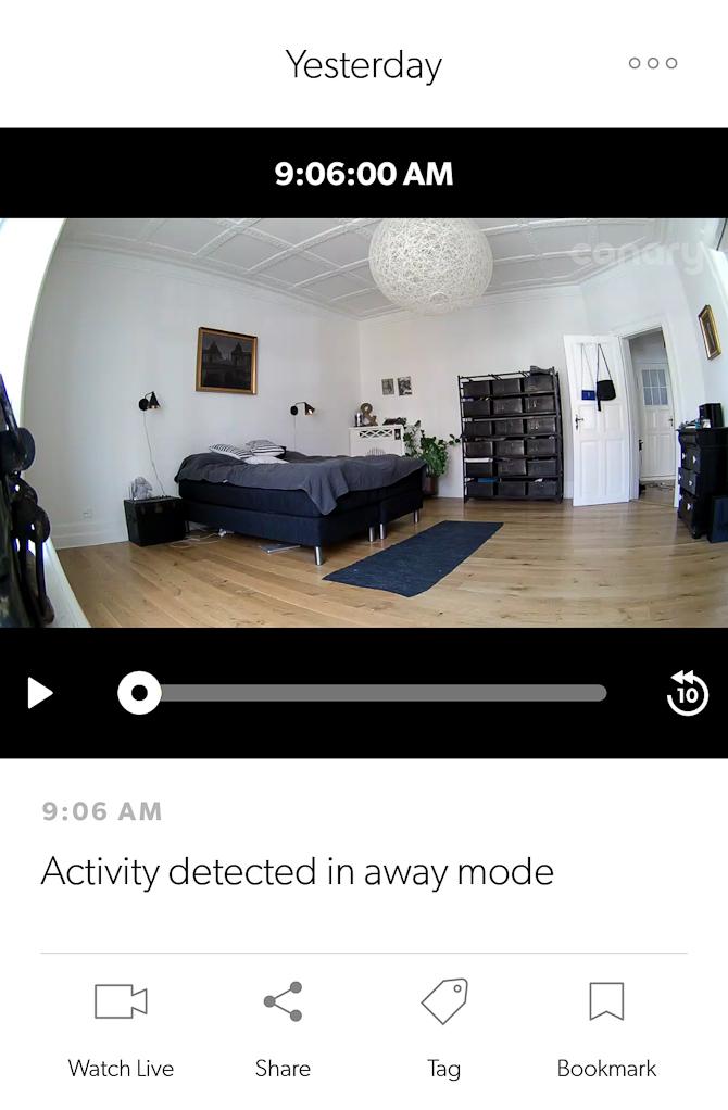"""Der er foregået """"noget"""", og du får en notifikation med dertilhørende video af det, de er hændt. Det kan være alt fra en skygge på væggen til dig, der kommer hjem. En Canary kan opfange alt fra lysændringer til større bevægelser, og du justerer selv, hvor sensitivt apparatet skal være"""