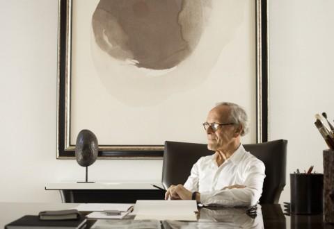 Christian Liaigre samler på udskårne kokosnødder som den, der her ses bag ham på et af hans private kontorer.