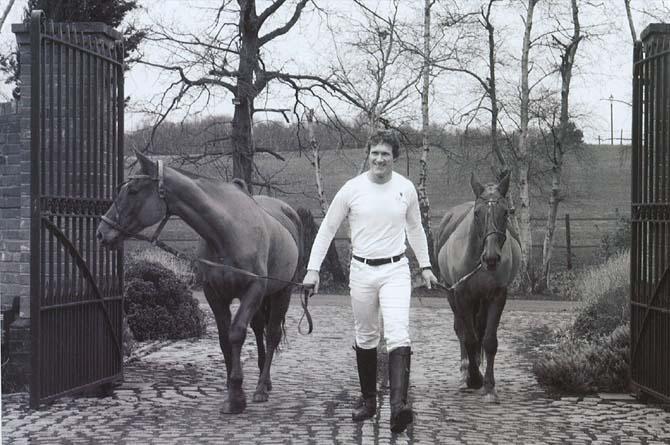"""Christian Mellentin med de vigtigste """"ingredienser"""" til polo"""