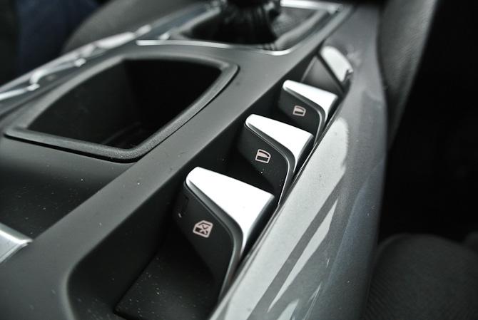 Absolut elegant design udi knapper til styring af vinduer og centrallås