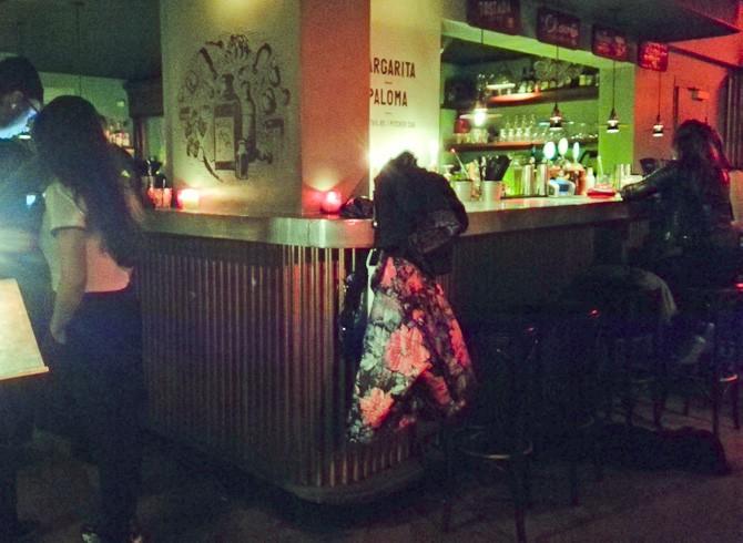 Det var i baren til højre, jeg fik mig en herlig Mai Tai