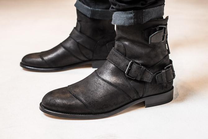 Let optræk i buksen afslører rå boots. I høj kvalitet endda.