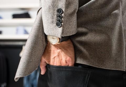 Det er en gammel vintage chronograph, der titter frem under HUGO blazeren. Foto: Martin Kaufmann