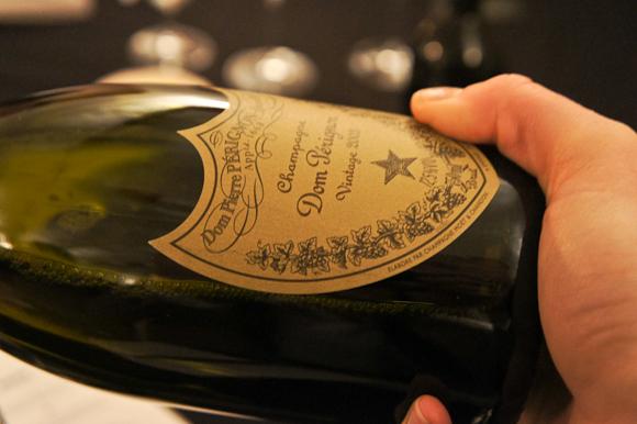 Ingen dikkedarer - den ligner sig selv, men etiketten afslører, det er en Dom Pérignon 2003.
