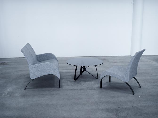 Sofa til to, stol til en og bord til alle (tre)