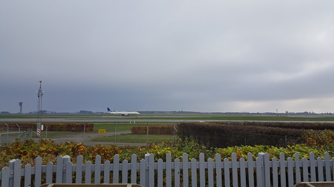 Den bagvedliggende terrasse, som flittgt bruges til at spotte fly. Og fodre en vildkat. Men det er en anden historie.