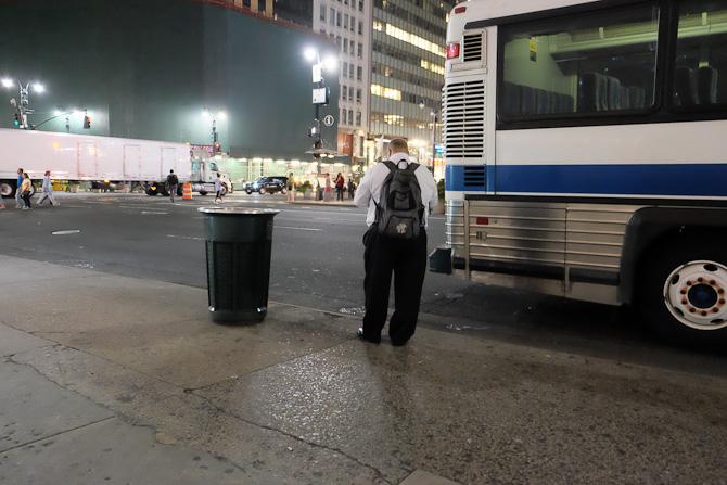 En mand venter