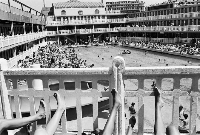 Molitor har til alle tide været indbegrebet af livsnydelse. Igennem 60 år strømmede pariserne til for at slikke sol, dyppe deres hede kroppe og sippe cocktails i parasollernes skygge. Foto: Gilles Rigoulet