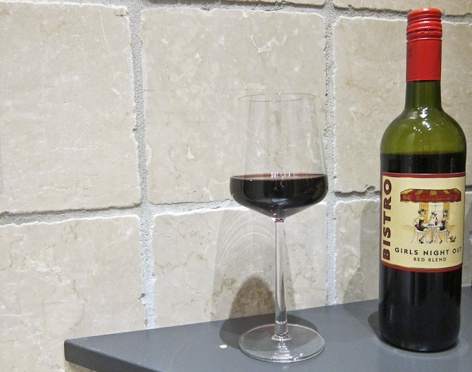 Jo. Og der kom det. Vinen i glasset.