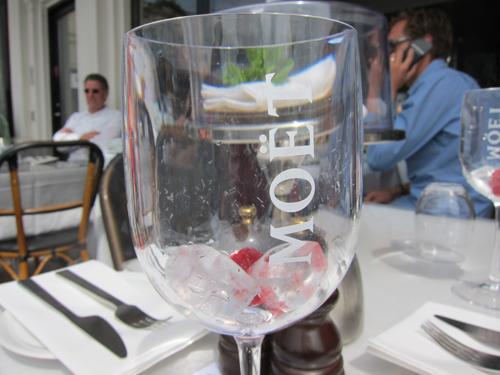 Dagens indlæg omhandler dette glas - og dets indhold. Plus en omgang Demi-sec og mynte.