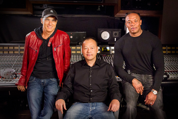 HTCs CEO Peter Chou med musikproducer Jimmy Lovine og Dr. Dre.