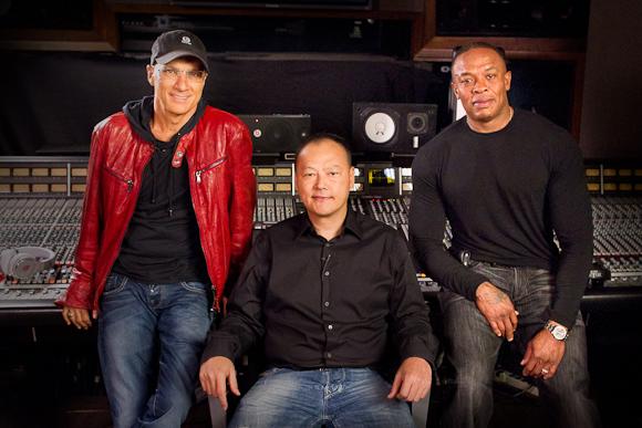 HTC's CEO Peter Chou med musikproducer Jimmy Lovine og Dr. Dre.