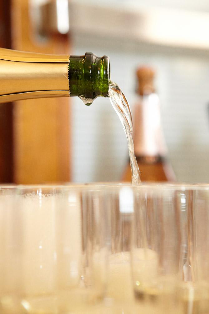 Kolde bobler bliver skænket af Kokkens Vinhus under Copenhagen Fashion Week.