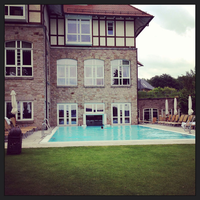 Billedtekst: Den indendørs og udendørs pool er forbundet af en glasdør, der glider til siden, når man nærmer sig.