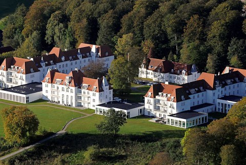 Hotellet ligger tæt ved skov og vand i Danmarks mest kuperede terræn