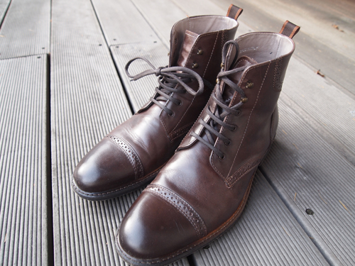 Der er de - de nye boots. Med bid i...
