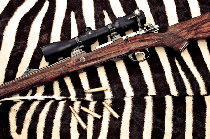 Som man kan fornemme på størrelsen af patronerne er det et yderst kompetent våben med en kaliber 9,3x62 som egner sig bedst til storvildtsjagt i Afrika, Europa og Nordamerika.