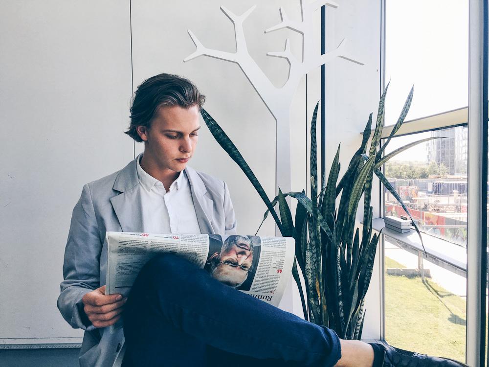Jeppe Bentzen læser avis. Den nye Berlingske endda