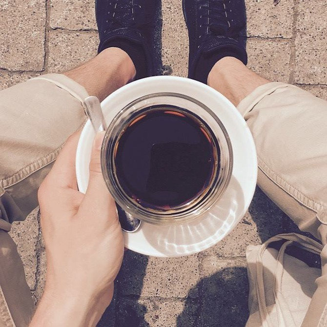 Jeppe drikker kaffe