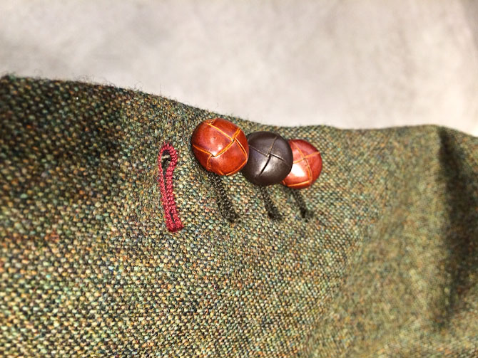 Lækker detalje ved læderknapperne på ærmet.
