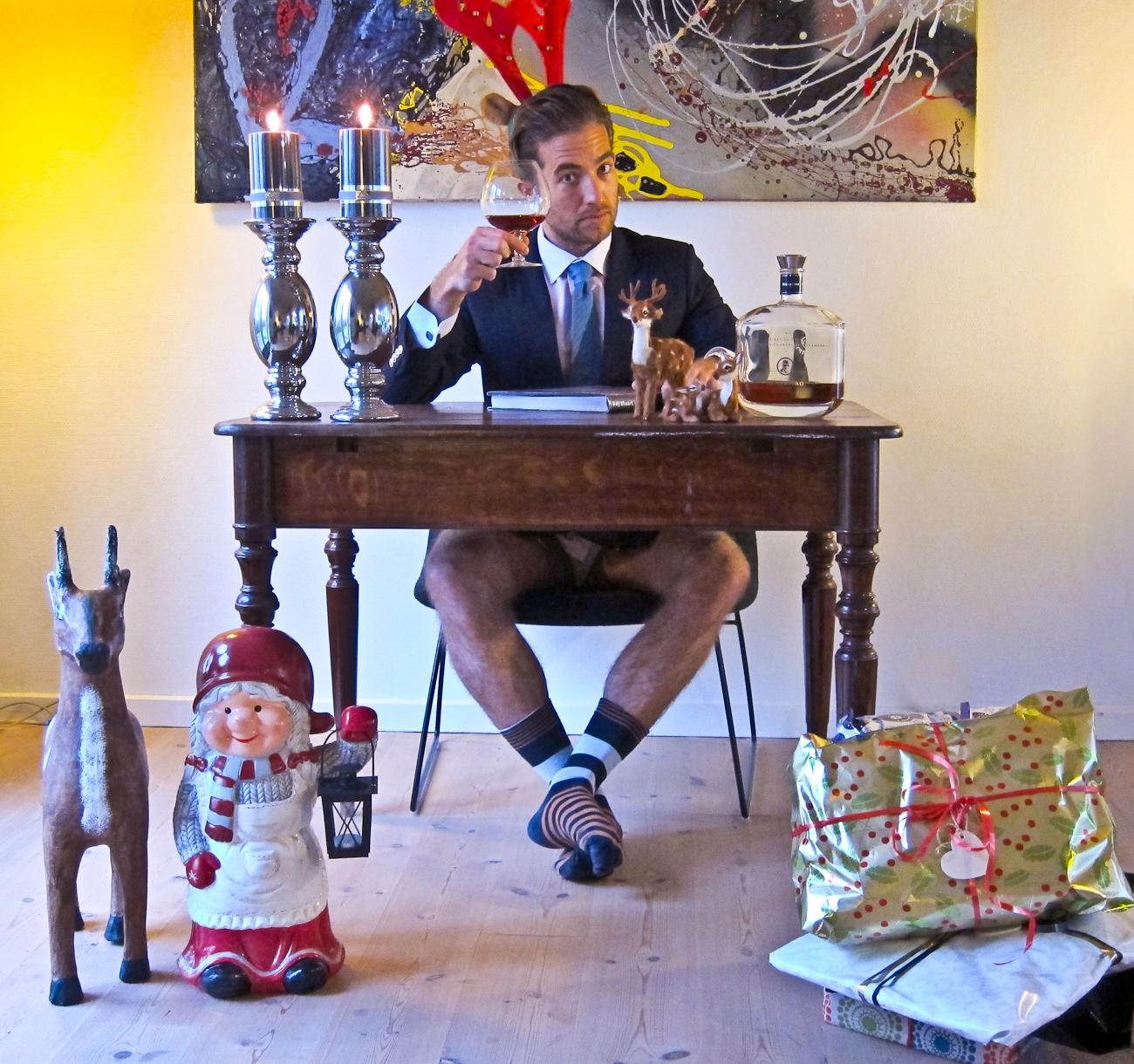 Et helt naturligt setup og med gode venner, Prinsgemalens Cognac, gaver, levende lys, bare stænger og fræk lekture...
