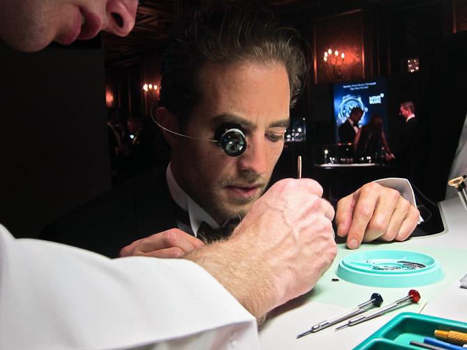 En hjælpende hånd skulle der minimum til - svært interessant og ganske kompliceret. Og måske en kommende brillemode.