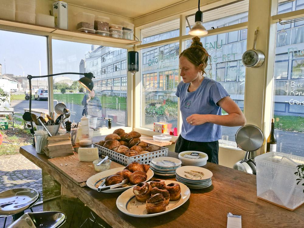 Det er her, der kokkereres, Småt, men godt. Og du flækker selv dine morgenboller.