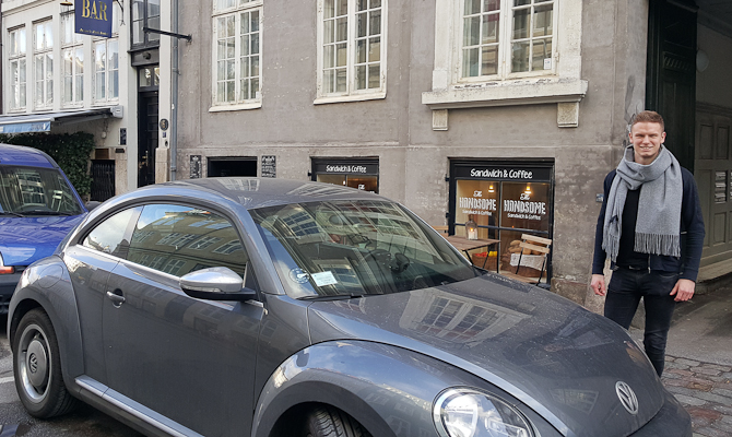Her er en tip-bilen, Lasse og den pågældende café...